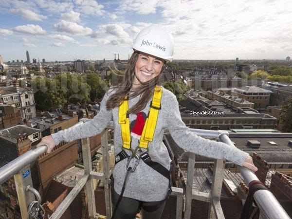 Novembre 2013: Pippa aidant des ouvriers à mettre des décorations de Noël à Londres.