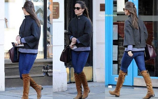 15.11.13: Pippa  a été aperçu seule dans les rues de Chelsea.