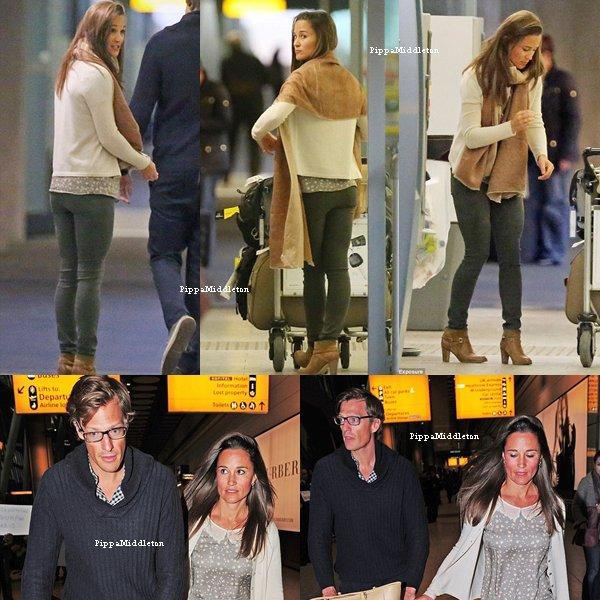 07 Décembre 2013 / Candids / Pippa, son chéri et leurs quatre valises arrivant à l'aéroport Heathrow après leur petites vacances en Inde.