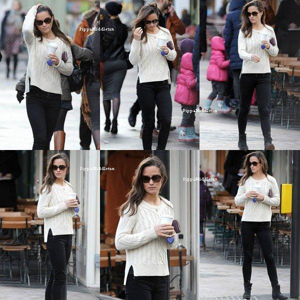 07 Janvier 2014 / Candid/ Pippa à était aperçu au téléphone dans les rues de Chelsea puis allant chercher son café.
