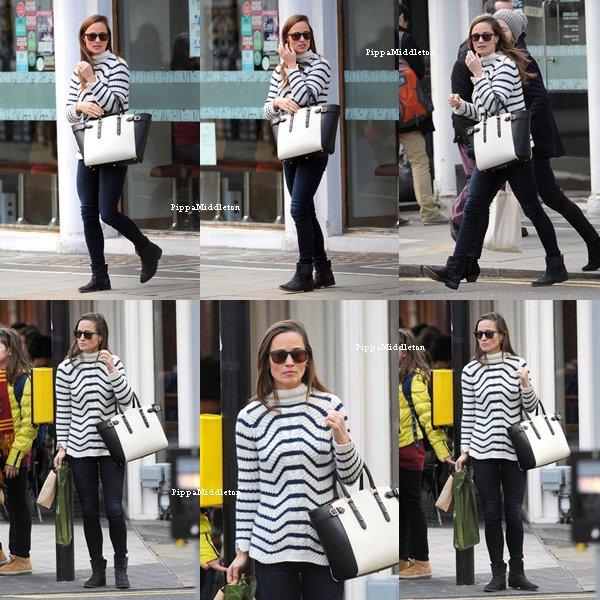 13 Janvier 2014 / Candid / Pippa faisant du shopping dans les rues ensoleillée de Londres.