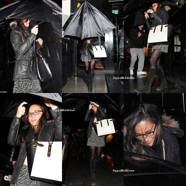 """22 Janvier 2014 / Candid / Pippa se cachant des papz avec son parapluie alors qu'elle quittait le restaurant """"Bo Lang"""" avec Niko."""