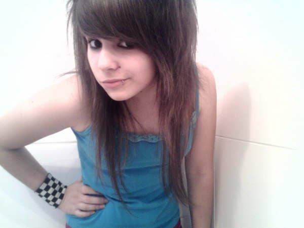 NOT so emo girl -- but i like the HAIR -_-