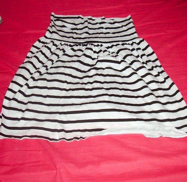 jupe blanche et noir s , et t-shirt noir taille unique : 6euros