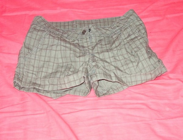 short brun a carreaux s : 6euros