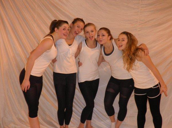 Laurie, Ludivine, Céline, Aude, Carla ( de gauche à droite)