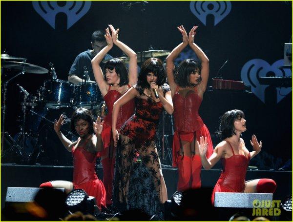 Selena pour ses concerts de Noël ! + Le live de la mi-temps du match des cowboys de dallas :)