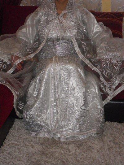 Robe blanche paillette et cape + caftan vert velours brodé au fil doré pour hénné (avec accessoires,drap ect...) 80 euros location.