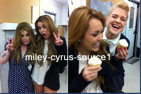 TWITTER :« Je viens de lire une rumeur selon laquelle apparemment ma mère trouverait que Miley a une mauvaise influence sur moi, cette info est très loin de la vérité ! C'est limite le contraire, Miley nous entraîne dans un mode de vie très sain. Elle nous emmène à la gym et nous pousse à nous coucher plus tôt le soir. C'est vraiment n'importe quoi ! Ses rumeurs me rendent folles, Miley est la personne la plus bosseuse et la plus respectueuse avec qui j'ai jamais travaillé, elle m'apprend beaucoup ! Miley et moi sommes devenues très proches, j'en ai vraiment marre des haineux qui la jugent sans la connaître. Elle a fait une erreur et croyez-moi, elle a retenu la leçon !»