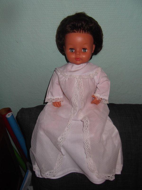 Tinnie a une belle robe de baptème