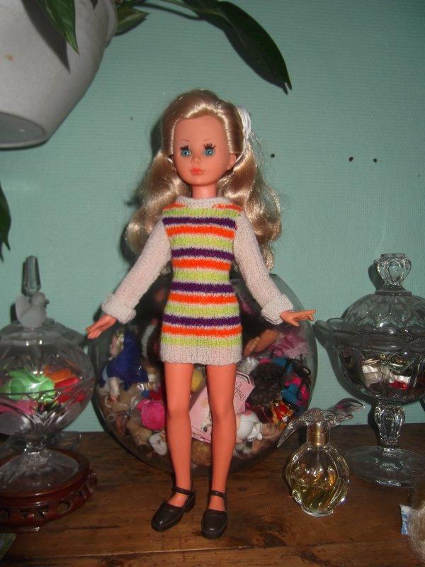 Corinne, en mini-dress, de saison quand même.