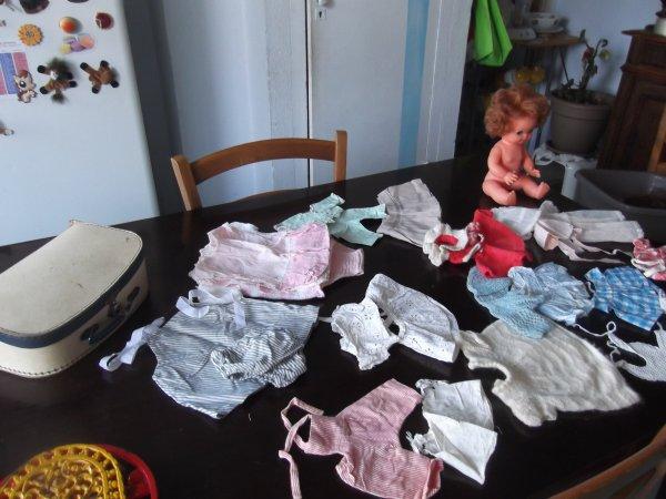 Bébé Sebino de 1977 et un lot de vieux vêtements faits main
