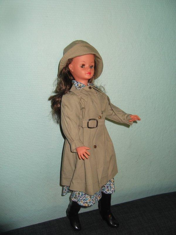 1976, année de canicule et de sécheresse, mais imperturbable, Cathie a une tenue avec trench!