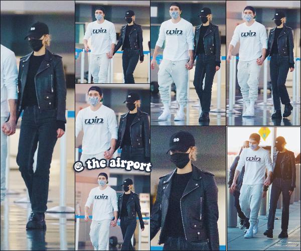 - 07.11.2020 ×  Nicola P. & Brooklyn Beckham ont été vus à l'aéroport JFK, à New York.  -