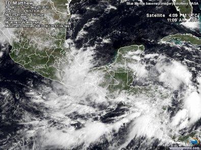 La tempête tropicale Matthew faibli et touche le Mexique.