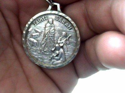 une médaille de sainte sara que mon cousin  fredo il ne la  offert  elle es michto  merci cousin