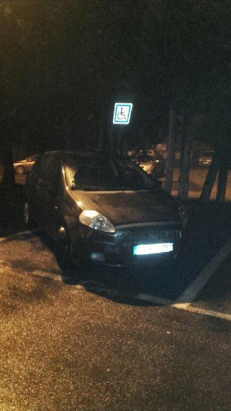 Un homme normal qui a pris deux places de parking avec sa voiture sur un stationnement handicapé
