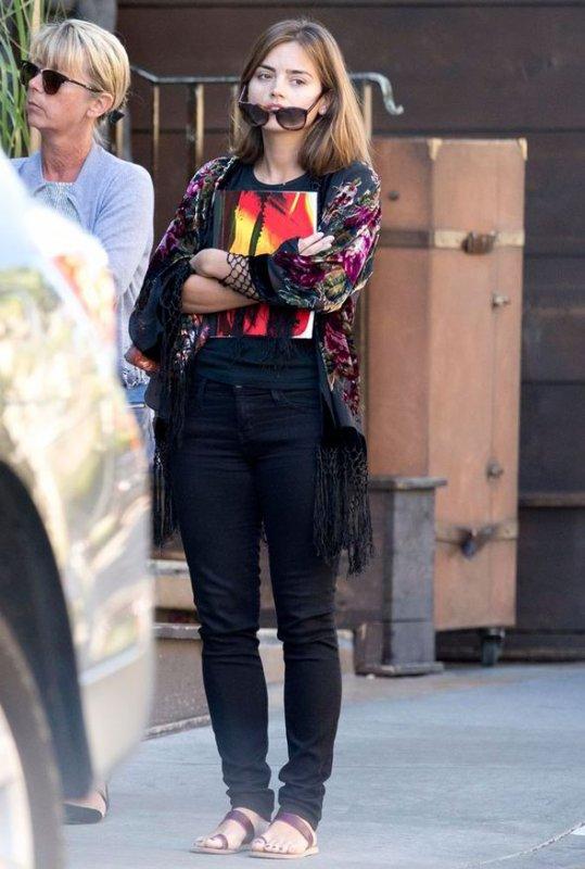 Jenna Coleman Candids à West Hollywood le 3 novembre avec sa mère