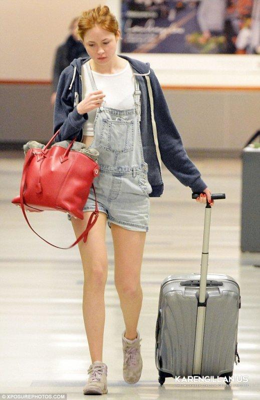 Karen Gillan à l'aéroport de Los Angeles le 22 février