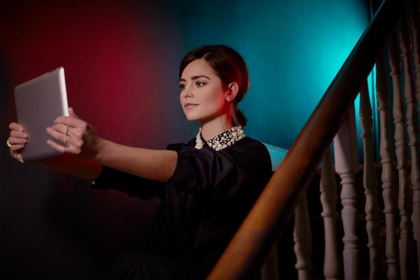 "Jenna Coleman: Photoshoot ""Any Place Any Time"" pour le magazine Radio Times"