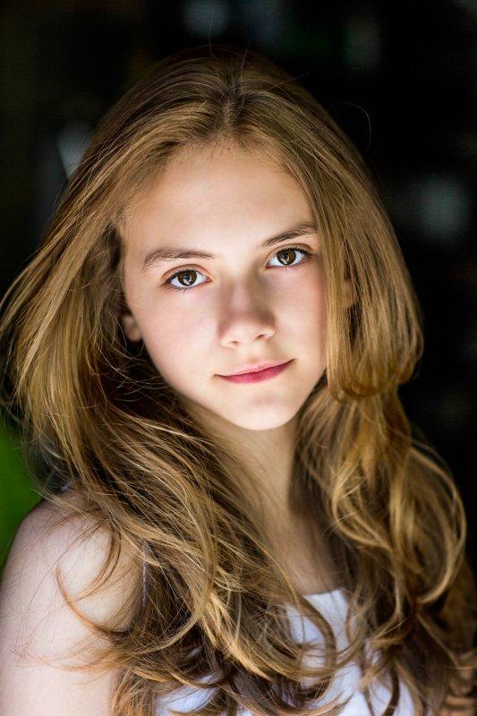 Emilia Jones: Headshot de Samantha Lee