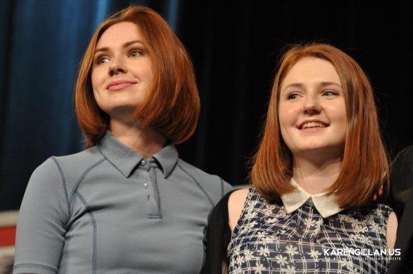 Karen Gillan au Montréal Comic Con le 5 juillet 2015. Karen était accompagnée de sa cousine Caitlin Blackwood, de Billie Piper et d'Eve Myles