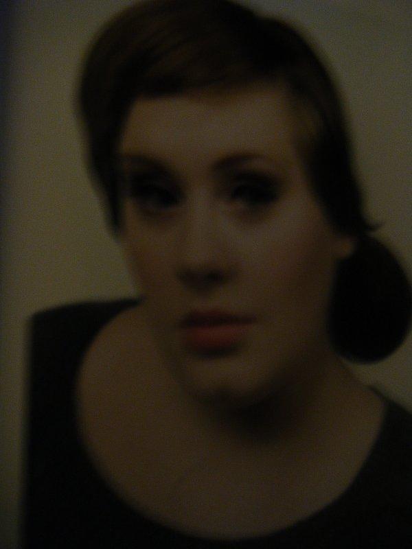 Galerie Photos  :Pendant les années à la BRIT School, Adele se réfugie dans la fraîcheur d'un abri sur un toit, café et cigarettes à portée de main