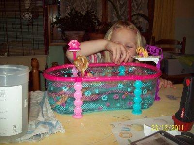 voila ma fille avec son cadeau que moi je lui pris
