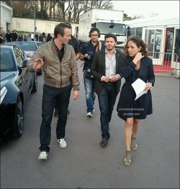 . 16/03/2012: Sur le tournage de Fast Club avec sa femme Nathalie et Nicolas Mélin.+ J'aime beaucoup comment sa femme est habillée! So perfect! (Et oui, je suis une fana' de la mode!) J'aurais mis des talons compensées ou aiguilles mais ses sandales sont quand même très bien assortis à sa tenue! (Merci à Cathy42 pour l'information) .