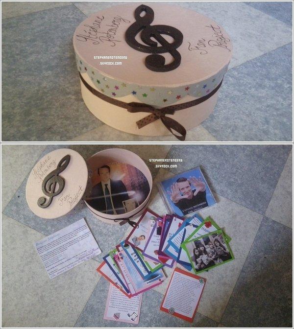 . 16/06/2012: J'ai envoyé le projet de fan (Stephane Rotenberg Fan Project)! J'espère que M6 le lui remettra rapidement. J'ai mis 2 jours et une matinée pour le faire! Mais je n'ai même pas vu le temps passer: j'ai pris énormément de plaisir à le faire. Le plus long était la boîte: je devais la peindre, mettre des étoiles une par une, etc... Bref! 27 Adventurers ont participé au projet (merci à vous!) et 9 ont donné des titres pour le CD (17 chansons). J'espère aussi qu'il y a pas eu de casse pendant le trajet....