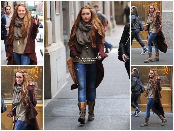 28 février 2011 : Miley allant faire du shopping dans un magasin de chaussures à New York.