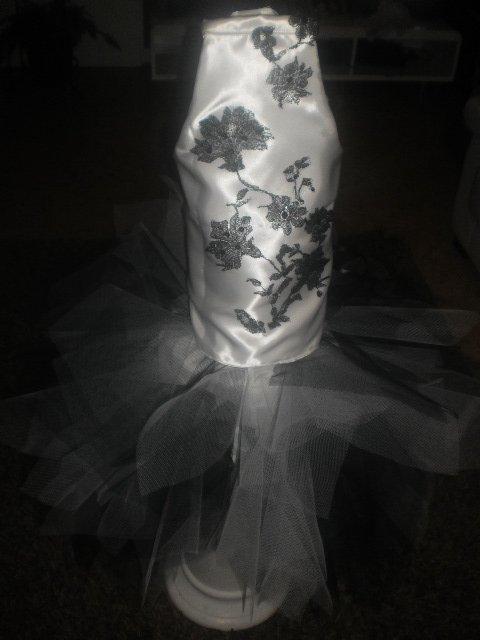 robe d emiss noir et blanc court devant av traine 2 4 ans neuf encore dispo