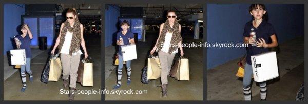 Apperçus le 18 Mars 2011 Miley & Noah cyrus faisant du shopping dans un centre commercial de L.A