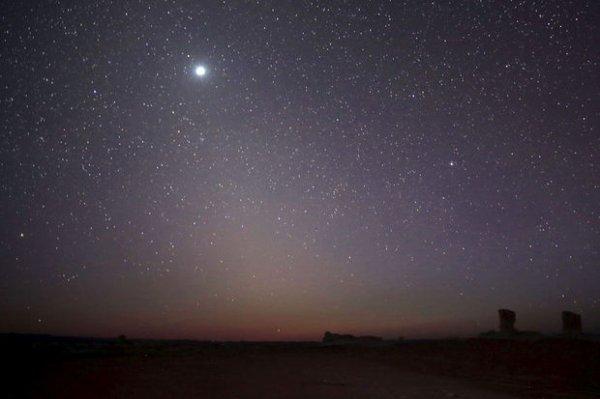 En ce moment, la Terre et notre voisine Vénus se rapprochent de près de 1,1 million de kilomètres par jour. Son scintillement dans le ciel devrait atteindre son apogée bientôt. C'est le moment de lever le nez vers la voûte étoilée.