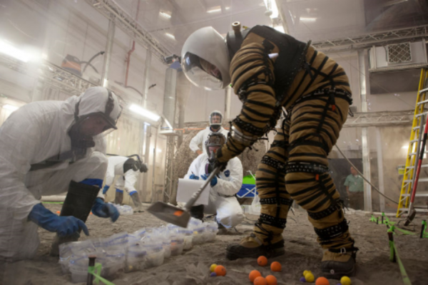 Même si Mars reste dans son viseur, un des principaux objectifs de la NASA est désormais de retourner sur la Lune. Mais cette fois, ce ne sera pas seulement pour planter quelques drapeaux. L'agence spatiale américaine souhaite y installer une véritable base. Afin de ne pas avoir à tout apporter de la Terre, les ressources lunaires risquent d'être mises à contribution. Il peut s'agir de l'eau présente sous forme de glace sur certaines zones de la Lune, mais également de poussière.