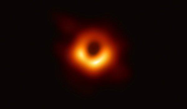 10/04/2019...Voici la première image d'un trou noir situé à 50 millions d'années-lumière de la Terre