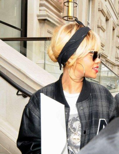 Rihanna avec un grand sourire le jour de son anniversaire a la sortie de son hôtel