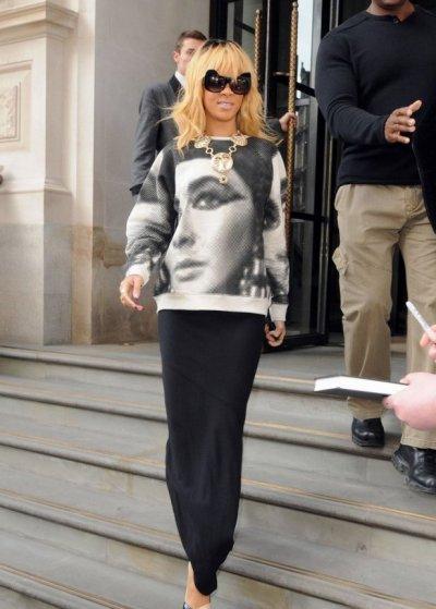 Rihanna rend hommage à la légendaire Elizabeth Taylor sur un sweat-shirt, a la sortie de son hotel Londonien