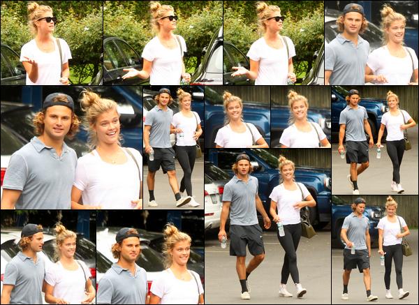 07/08/2017  —  Nina Agdal a été photographiée accompagnée de son chéri sortant déjeuner. - The HamptonsLe 10/08, Nina a, cette fois-ci, été aperçue alors qu'elle se rendait à son cours de gym, à New York City. Les tenues restent plutôt basiques. Des BOF!
