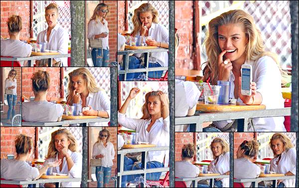 26/07/2017  —  Nina Agdal a été aperçue déjeunant avec une amie, puis appelant un taxi. - New-York CityEn ce qui concerne la tenue de Nina, je dois avouer être totalement fan. C'est un look assez simple mais tellement efficace. Nina est vraiment sublime.
