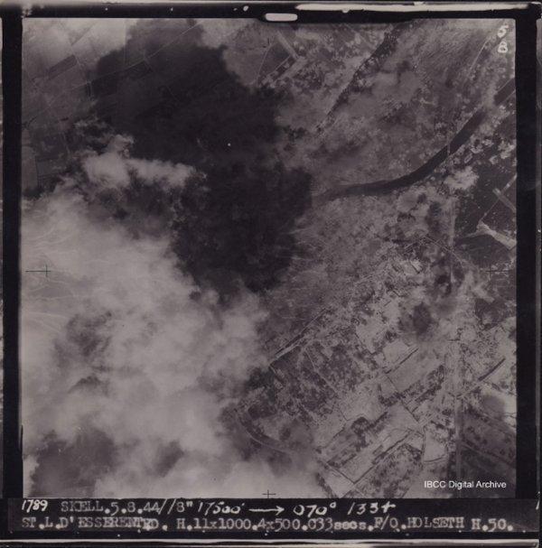 Photo du bombardement allié 1944 de l'usine souterraine des V1 de St Leu d'Esserent dissimulé par une épaisse fumé
