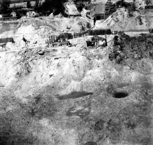 Photo de L'entrée dite du Couvent avec sont bunker après les bombardements de 1944 St Leu d'Esserent