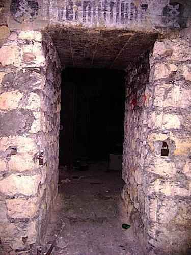 Entrée d'un autres bunker dans la carrière souterraine le bunker de la Transmission