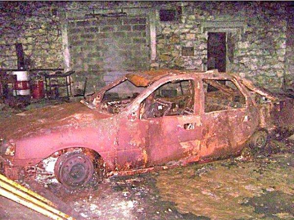 Voiture brûlée devant le bunker