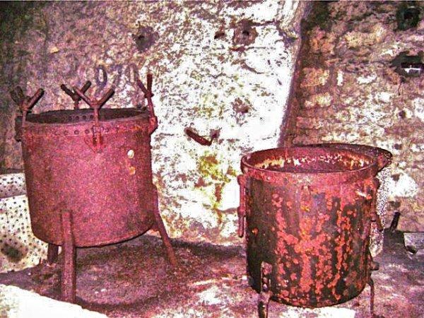 grosse marmite dans la cuisine bunker