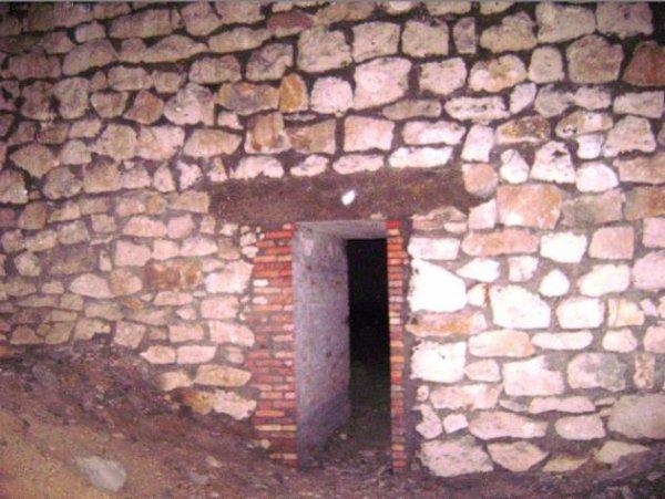 autre entrée d'un bunker avec peinture au sol