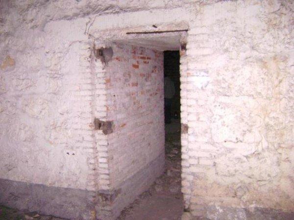 porte bunker avec peinture au sol