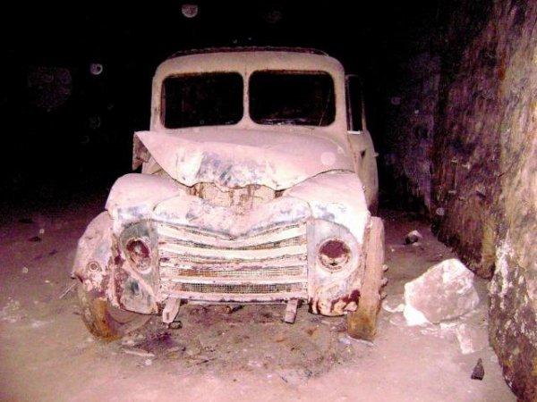 Vieux camion benne dans une galerie