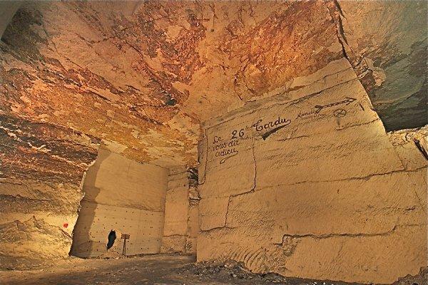 Mure en béton percé et galerie