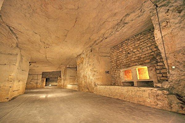 Zone des V1 bétonné au sol , numéro des galeries sur les piliers , et armoire a charge explosive